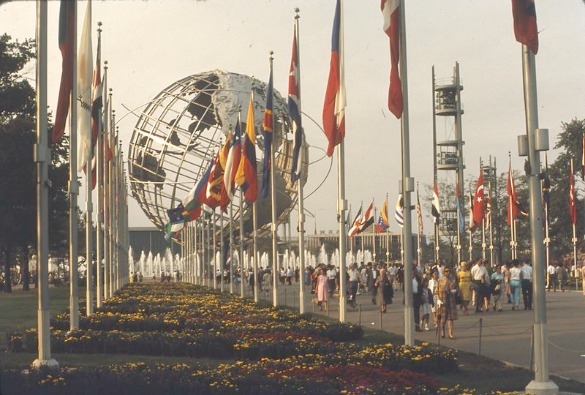 New York (USA). World's Fair 1964-65. View of the Unisphere with world flags. Wikipedia.